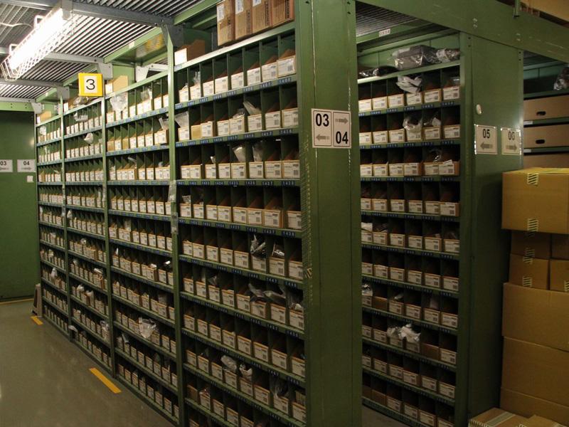 宮城県のケルヒャー ジャパン本社内にある家庭用製品修理センター。棚には修理用の部品が収められている