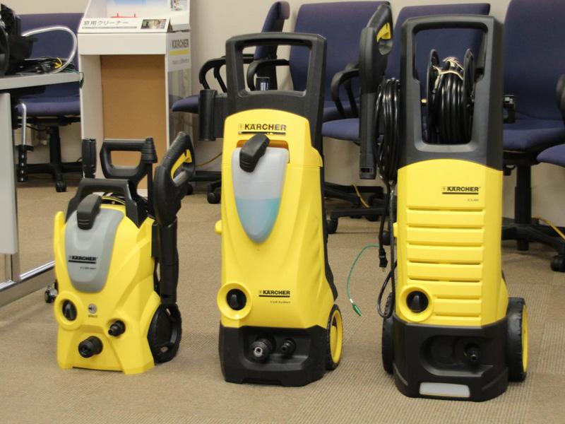 左から今年3月発売のベランダクリーナー、静音性の高い水冷式モデルの高圧洗浄機「K4.00」、ミドルクラスで大容量の高圧洗浄機「3.490」