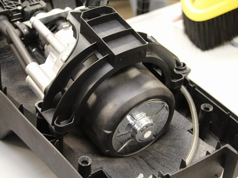 K4.00では、鉄と樹脂で作られた溝を水が通ることでモーターを冷やしていた