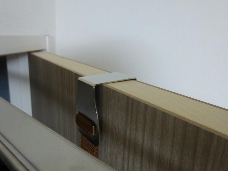ドアの厚みにあった金具をドアの上にかける
