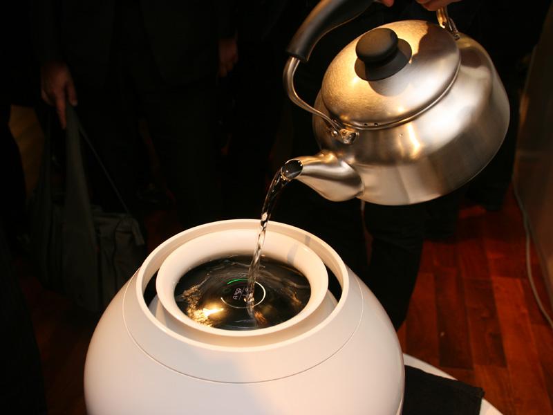 給水は本体上部から水を直接注ぎ入れる