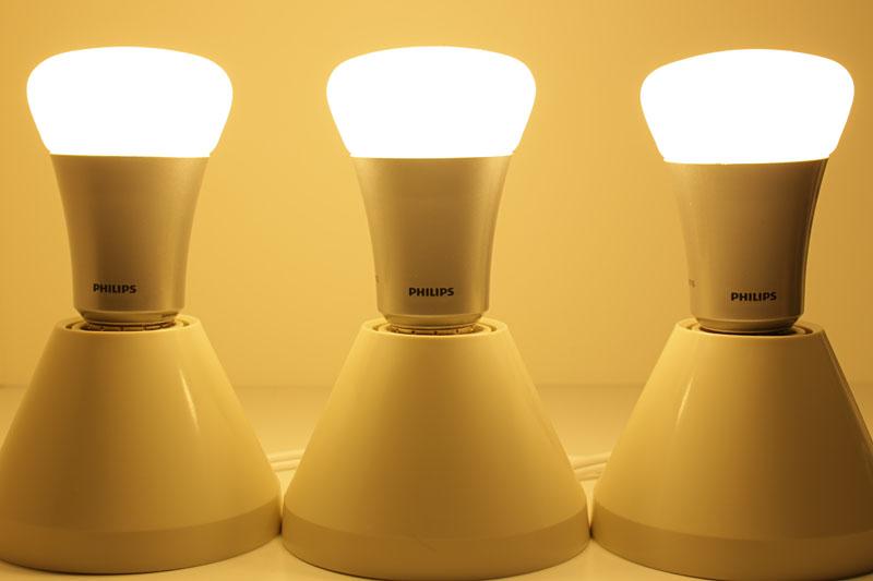 hueをE26口金を持つ器具にセットする。通電すると電球色に光る