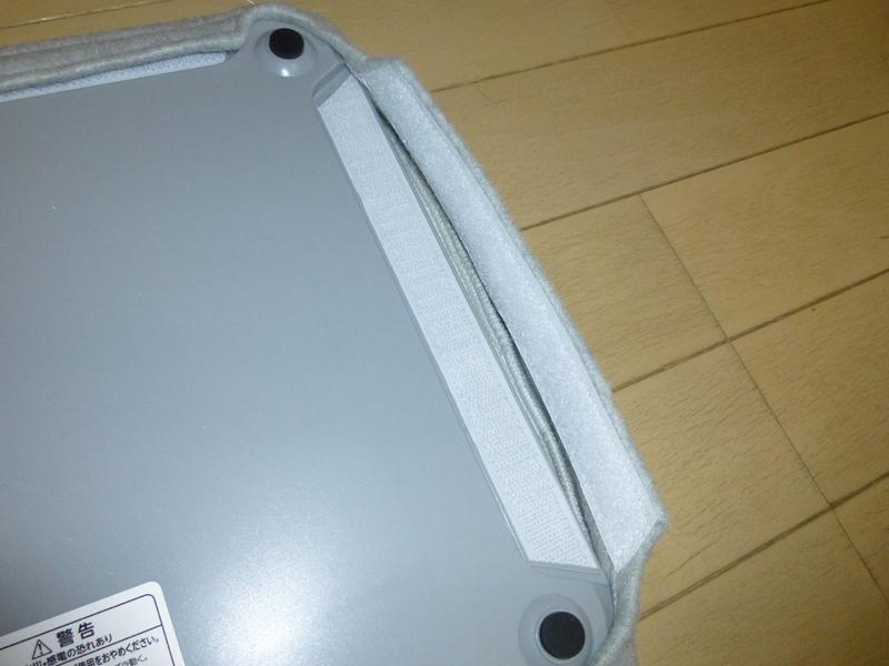 カバーは裏面のヘリの部分に面ファスナーで止められている