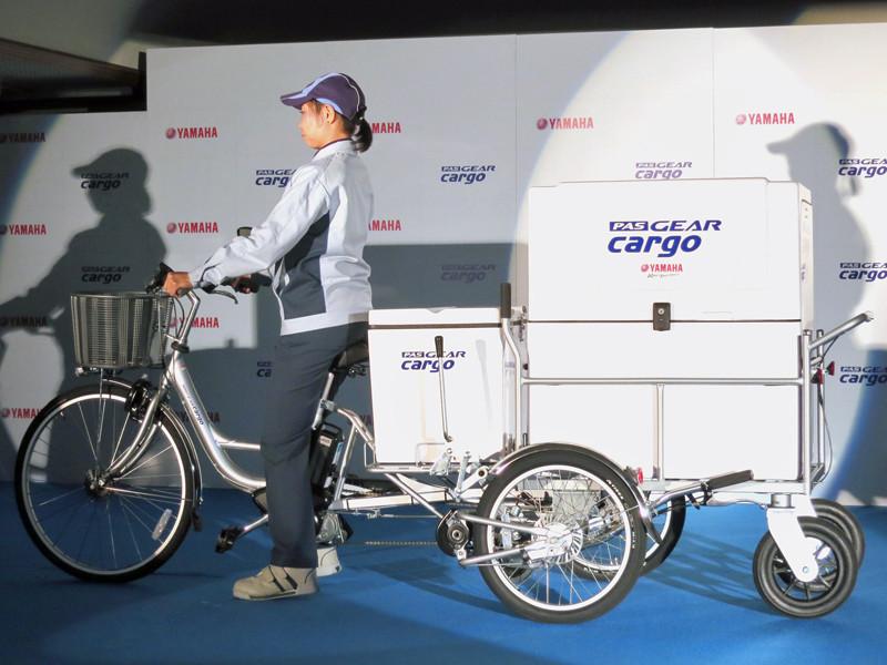 三輪の電動アシスト自転車にリヤカーを連結させて走行できる