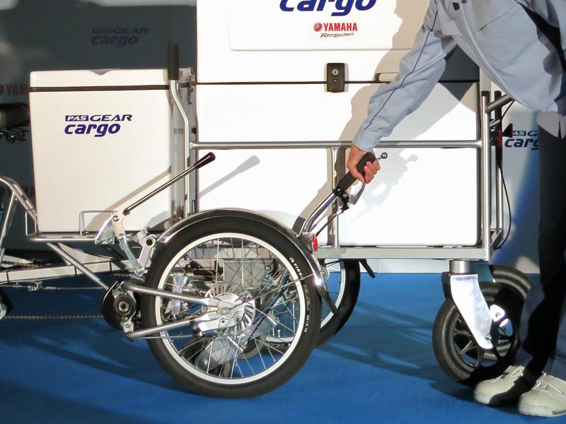 リヤカーを外す時は、台車側面に付属の連結操作レバーをあげる
