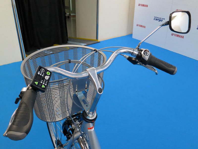 左ハンドルにアシスト機能の操作ボタン、右ハンドルにギアをそれぞれ搭載する。後方確認用のミラーも付いている