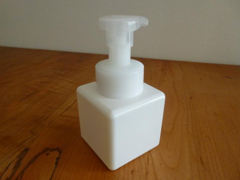 真っ白でシンプルなボトルになる