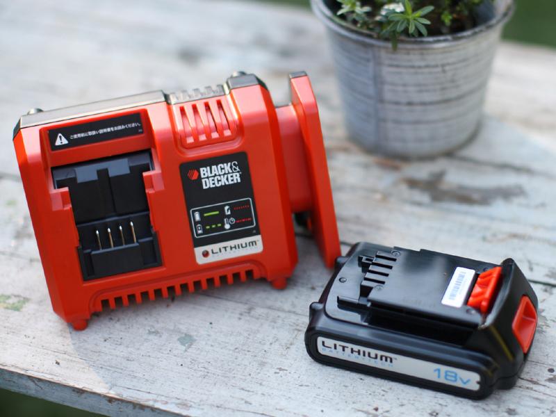 バッテリーは他の電動工具と共通。充電器も付属する