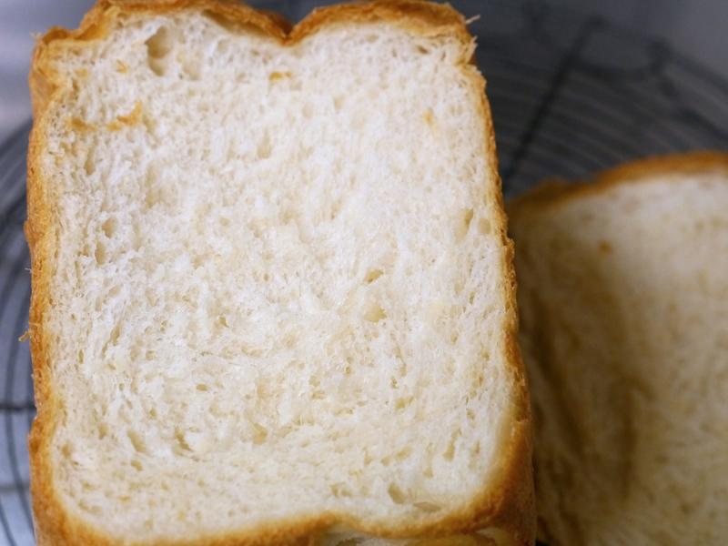 「ふんわり」パンをあら熱が取れたところでカットしてみると、内相はぷるんぷるんなのに、耳がサクサク。口にいれると耳が「サクサクサク」という音が本当にしてくるので病みつきになる