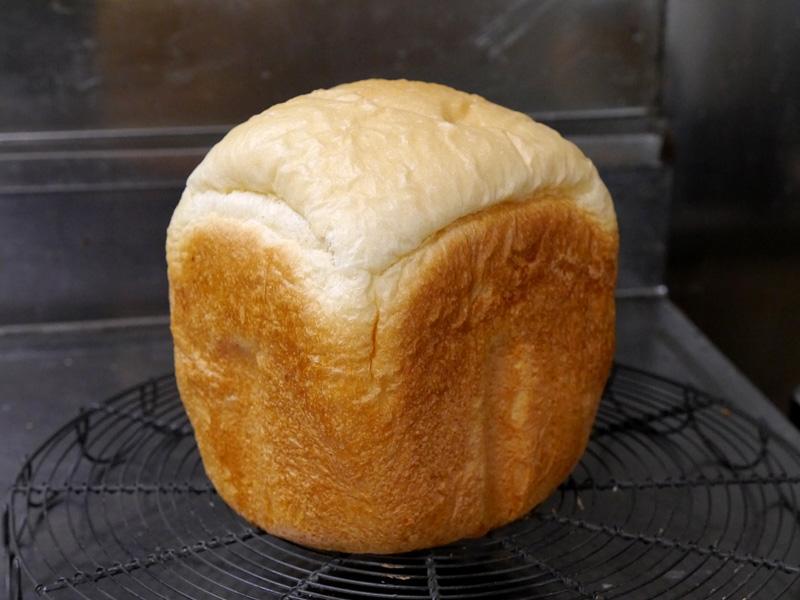 焼けたばかりの「プレミアムリッチ」コースのパン。パンケースから飛び出した際の衝撃で、側面が凹んでしまうことがあるので要注意