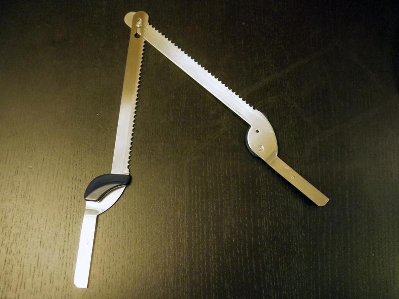 ノコギリ状の刃、2枚で食材を切る。先端で2枚のブレードがジョイントされている。長さは185mm