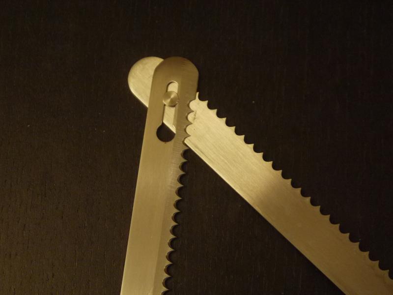 ブレードは丸型のノコギリ刃でかなり鋭いが粗め。ジョイント部分は、それぞれスライドしながら動けるように遊びがある