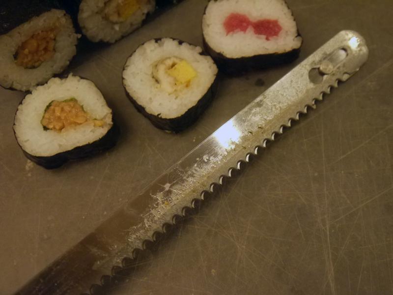 やはり、刃にご飯粒の粘りはつくので何回か切って切りにくくなれば、水に濡らすなどの対処は必要