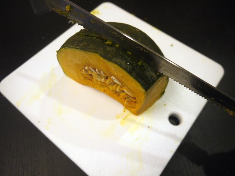 かぼちゃの皮に刃は入り込んだのですが、スパっとはいかず…断念!