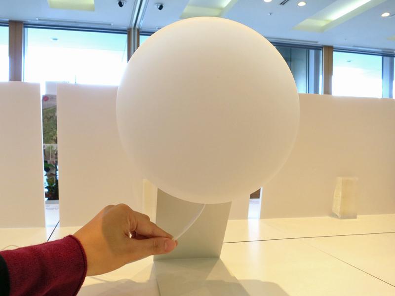 本体底面から生えている電源コードを引くと、LEDが点灯する