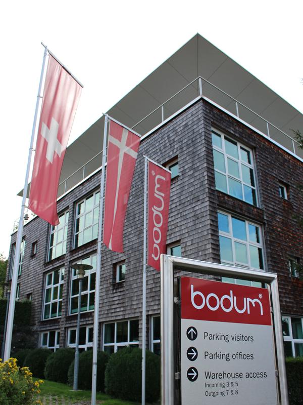 スイス・ルツェルンの市街地からほど近くにあるボダム本社。緑豊かな周囲の環境に溶け込むよう、外観はシックな色合いでまとめられている。室内に入ると、自然光を取り入れた明るい空間が広がる