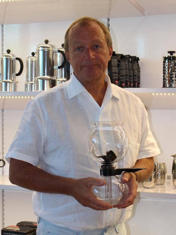 ボダム社の黎明期を支え、ロングセラーモデルとして今も変わらぬ支持を集めるサイフォン式コーヒーメーカー「ペボ(旧:サントス)」。ヨーガン・ボダム氏にとって、思い出深い製品である
