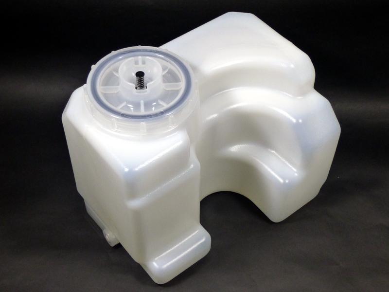水タンクは、容量を増やすために複雑な形状になっている