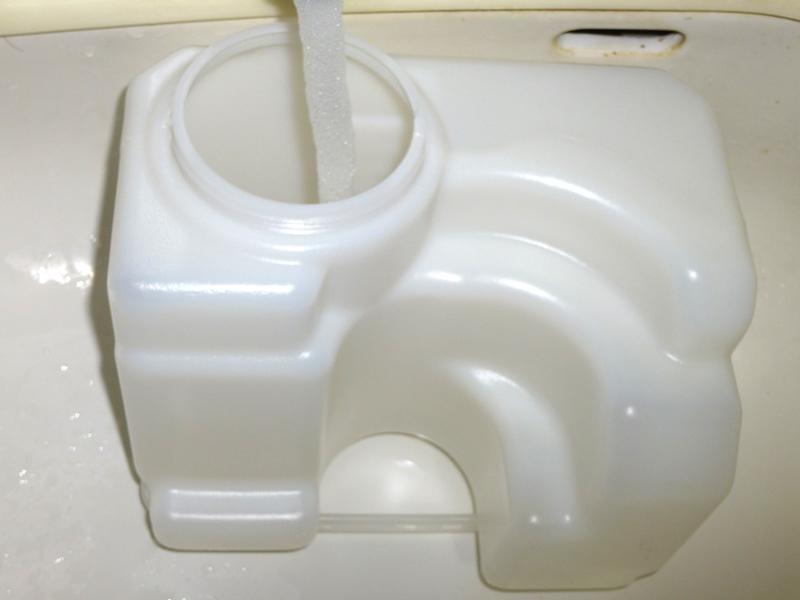水タンクは、横に大きいが高さがないので、浅い洗面台でも注水できる