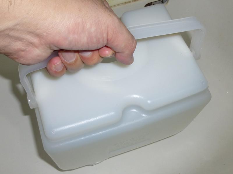 持ち運ぶときは、水タンクにキャップをはめてから、上下を逆さまにして、取っ手を握る