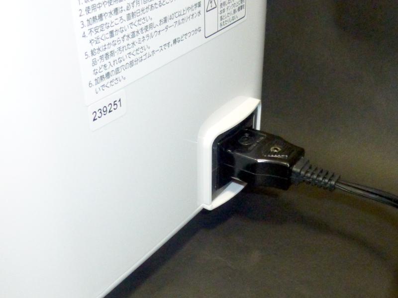 電源コードの差込口は、本体の背面にある