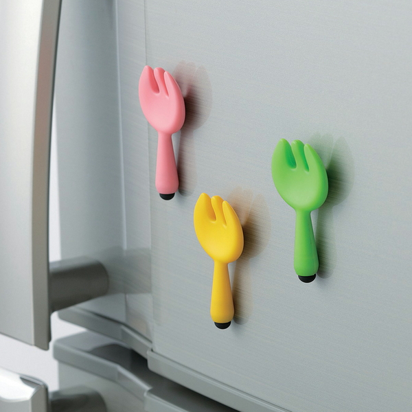 マグネットで冷蔵庫などに貼り付けられる