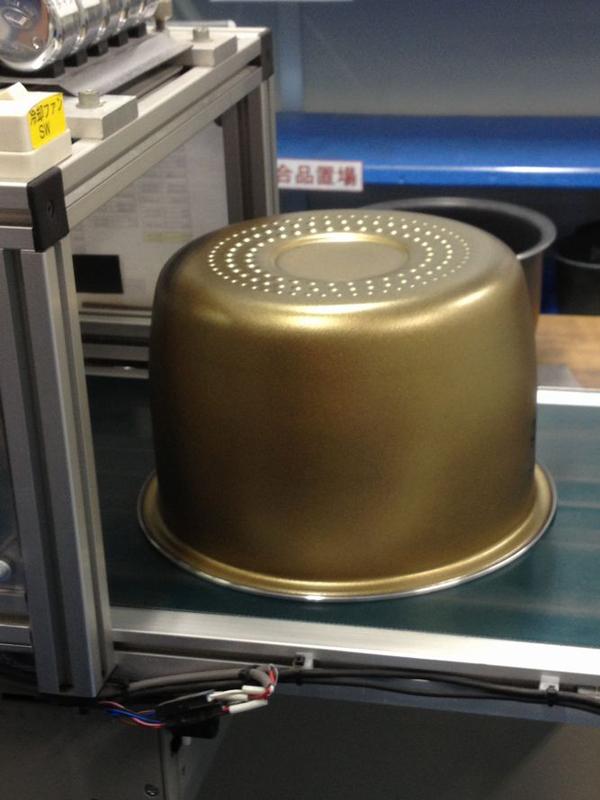 ゴールドの塗装が蓄熱性を高め、均一な炊きあがりを実現させている(写真は、兵庫県加東市の炊飯器工場の様子)