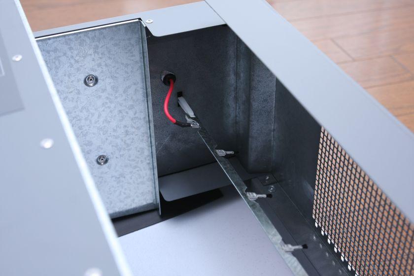 吸気口にある電極。運転中は電気が流れていて、ここを通る粒子はマイナスに帯電され、プラスに帯電したフィルターに吸い付く
