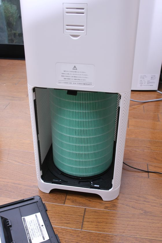 円筒形のフィルターが特徴的。外周から空気を吸って中央から空気を抜く方式