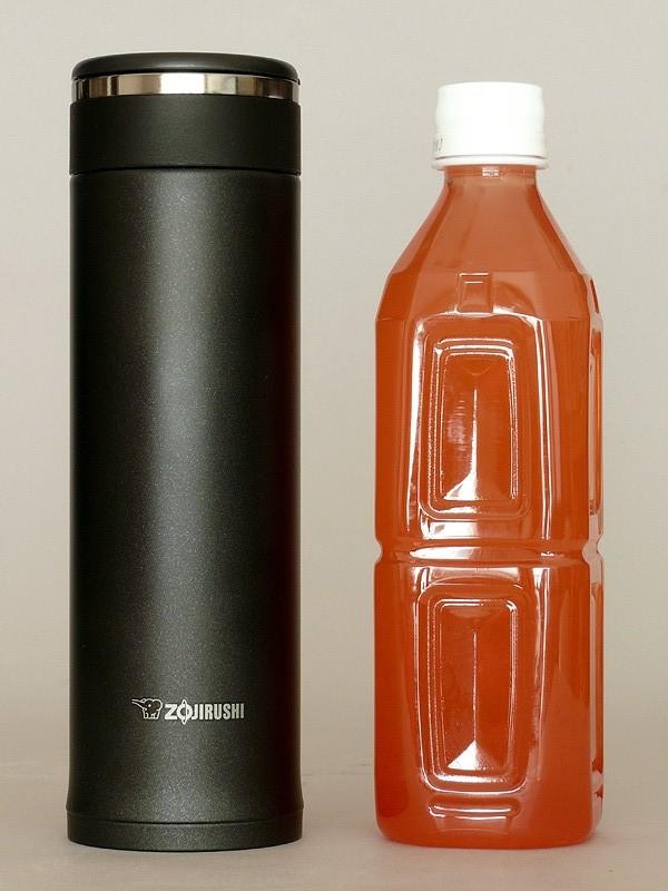 大きさは65×215mm(直径x高さ)、重さは実測で248g。コンパクトで軽い。500mlのペットボトルに近い大きさだ