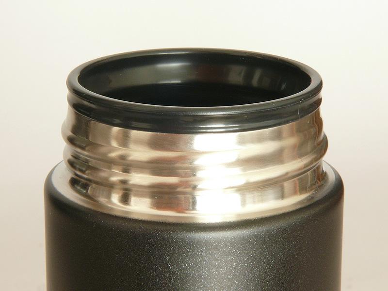 飲み口に「樹脂製飲み口」が付いているので、口当たりがやさしく飲みやすい。飲み口の直径は45mm。製氷皿で作った氷も楽々入るだろう