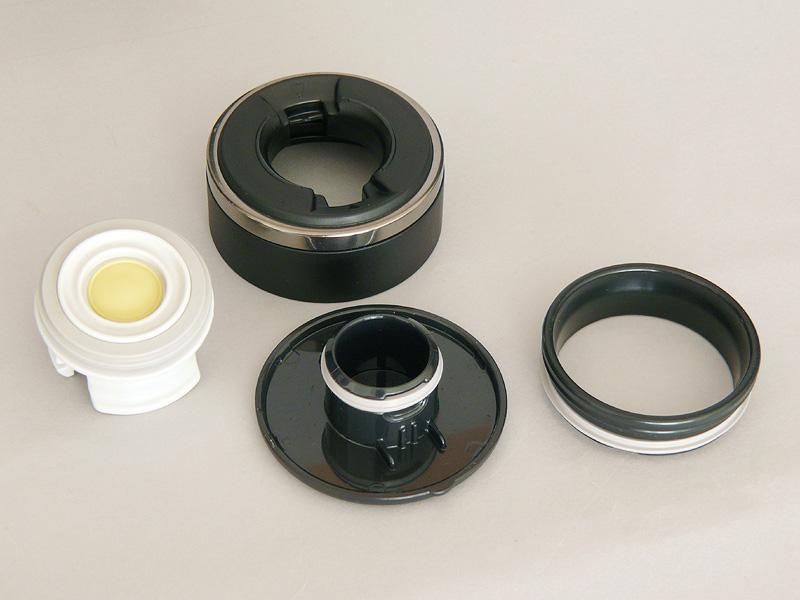 栓は道具要らずに、簡単に分解できる(左から、栓、栓本体、栓キャップ)。飲み口もスポンッと取れる(右)