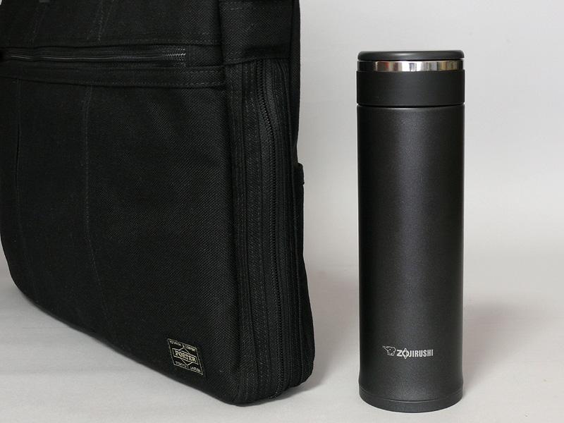 500ml入りのペットボトルと大きさが変わらないので、薄いビジネス用の鞄にも楽に入る。毎日持ち歩いて好みの飲み物を楽しみたい