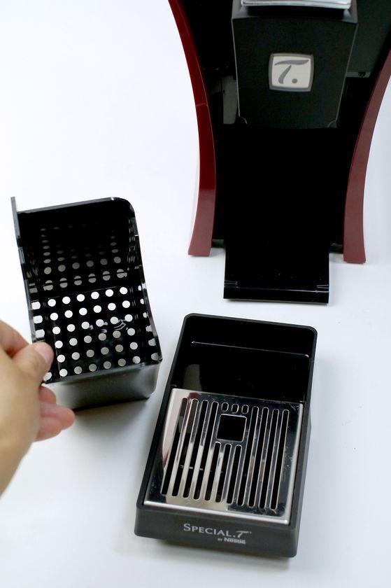 カプセルコンテナは、容器と水受けトレイ、およびカップスタンドに分解できる