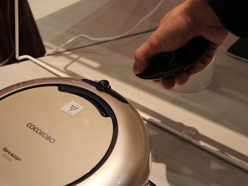 赤外線リモコンの登録は簡単にできる。リモコンの登録したいボタンを押しながらリモコンの送信部をCOCOROBOの赤外線受信部に向けるだけ