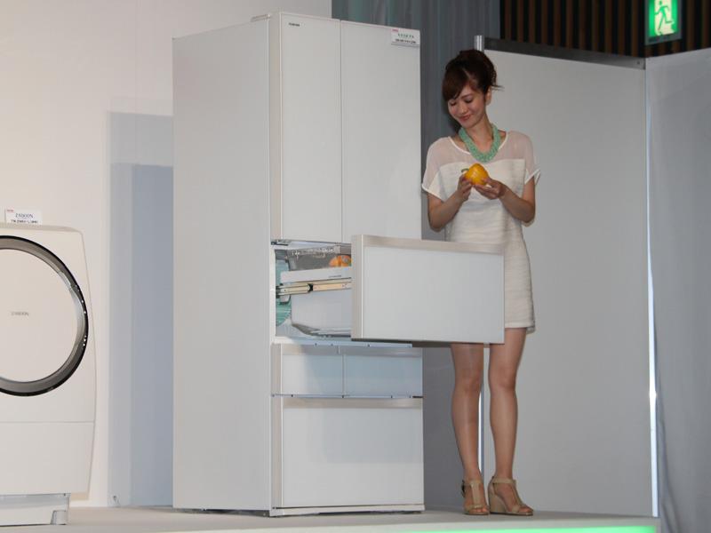 野菜室を中央に配置した東芝の冷蔵庫「ベジータ」。野菜を長く保存するための様々な機能を備える