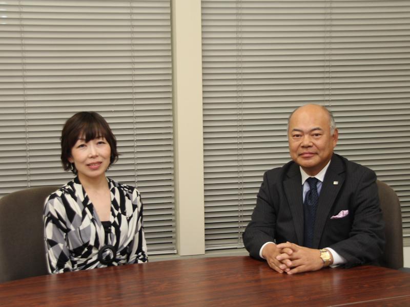 左から家電コンシェルジュの神原サリーさん、東芝ホームアプライアンスの取締役社長 石渡敏郎氏