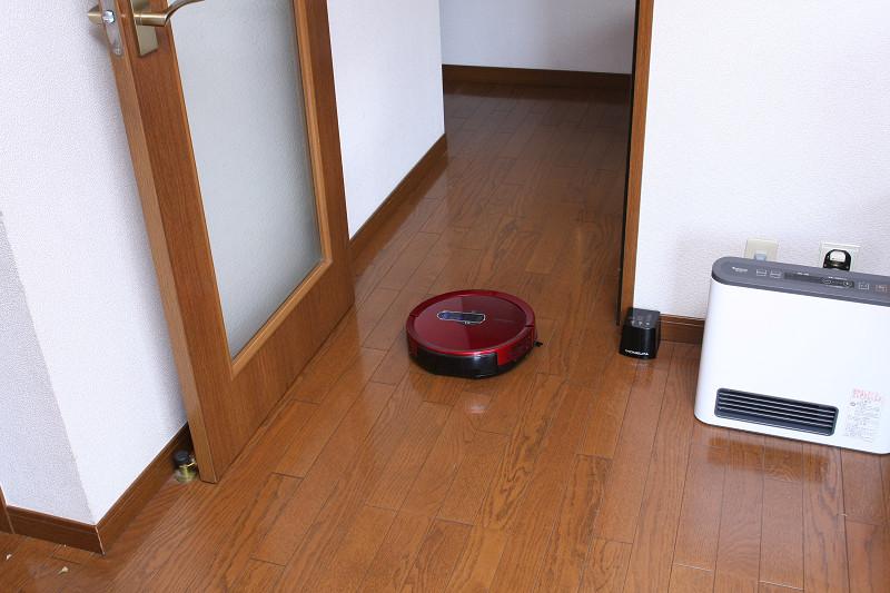 開放したドア横においておくと、部屋番号順に5部屋を順次掃除してくれる。ただしバッテリーが切れない範囲だ