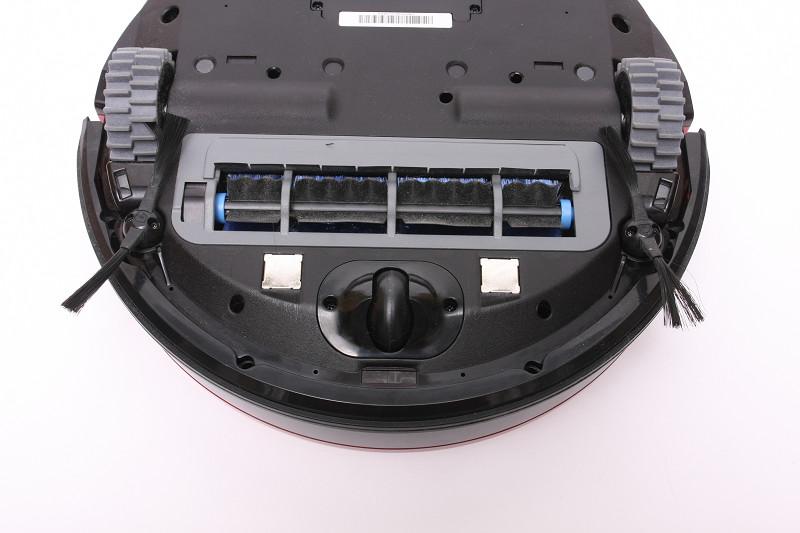 底面には段差検知センサーを3つ搭載。落下防止やモップモード時のカーペットとフローリングなどを見分ける