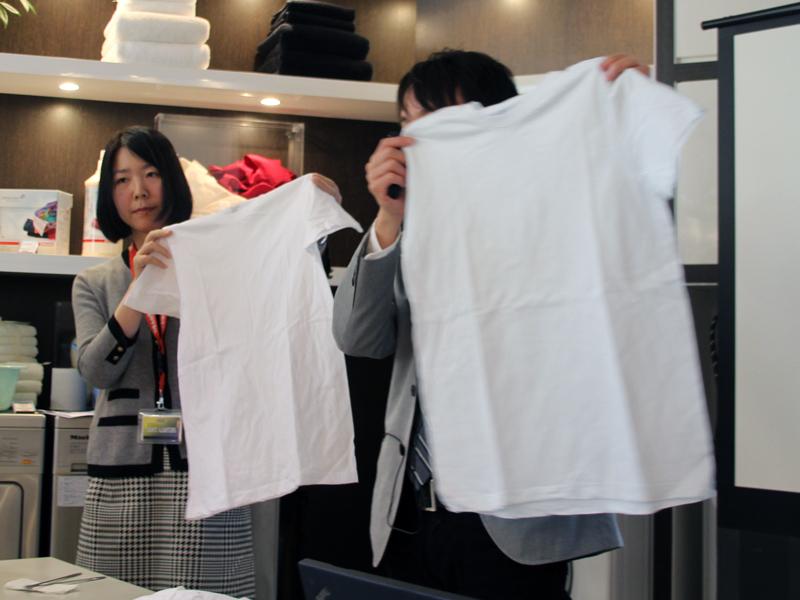 色もののTシャツと一緒に洗ったTシャツ(手前)はうっすらと青い色が移ってしまっている。奥のTシャツは、白物を分けてあらったもの
