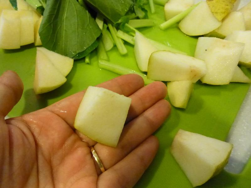 果物はかなり小さめにカットするのがポイント。リンゴならば、1/8にくし切りにしたあと、さらに3等分くらいした方がいい