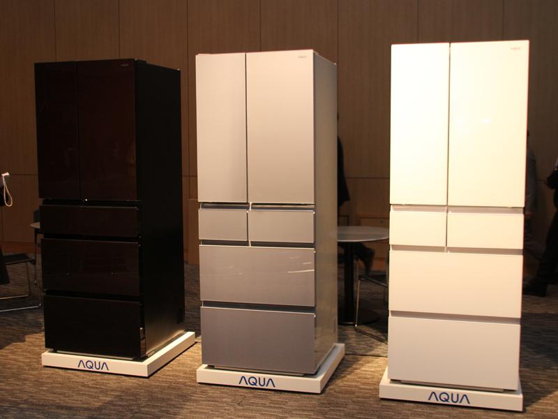 ガラストップ冷蔵庫「AQR-FG50C」。右からピュアホワイト、ブルーシルバー、マテリアルブラウン