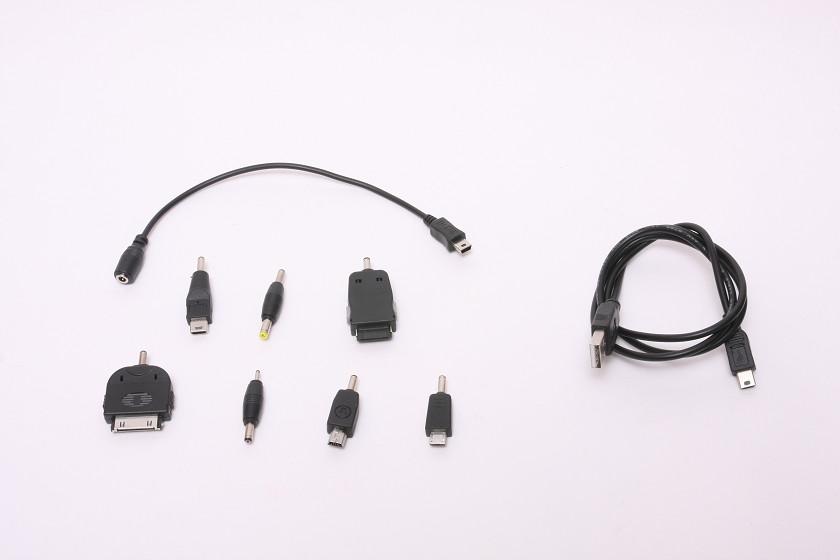 モバイルバッテリーを充電するケーブルは、別のケーブルになっている。写真右側が充電用ケーブル