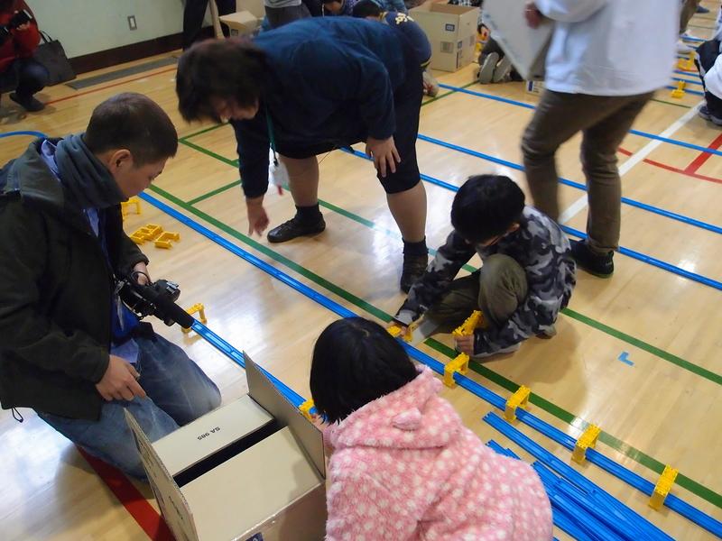校長先生もプラレールの組み立てに参加。生徒たちに声をかけながら作業していた