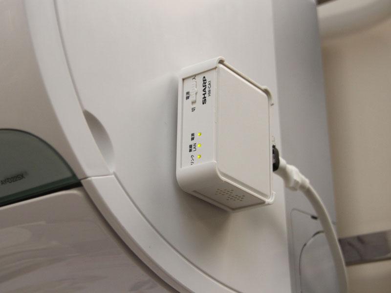 別売りの「家電ワイヤレスアダプター」を装着することで、スマートフォンから本体を操作することもできる