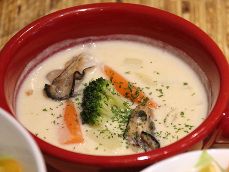 セットのスープはアルカリイオン水で煮込むことで、旨味が抽出されるという