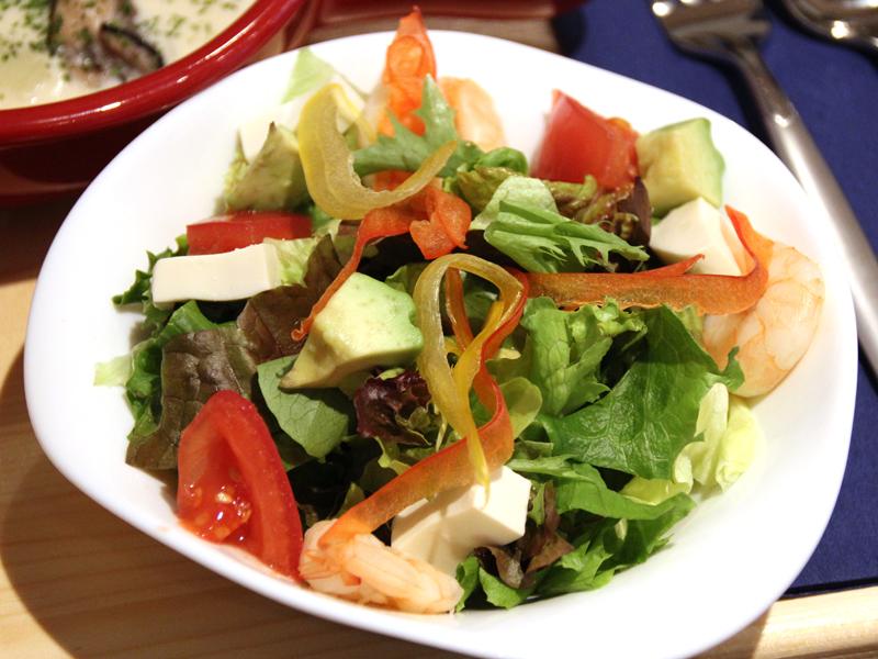 サラダの野菜は浄水で洗うことで、栄養素が壊れにくいという