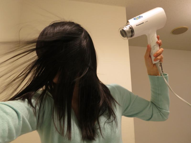 TURBO時の風量は1.8立方m。長い髪の毛も押し流すような強風だ