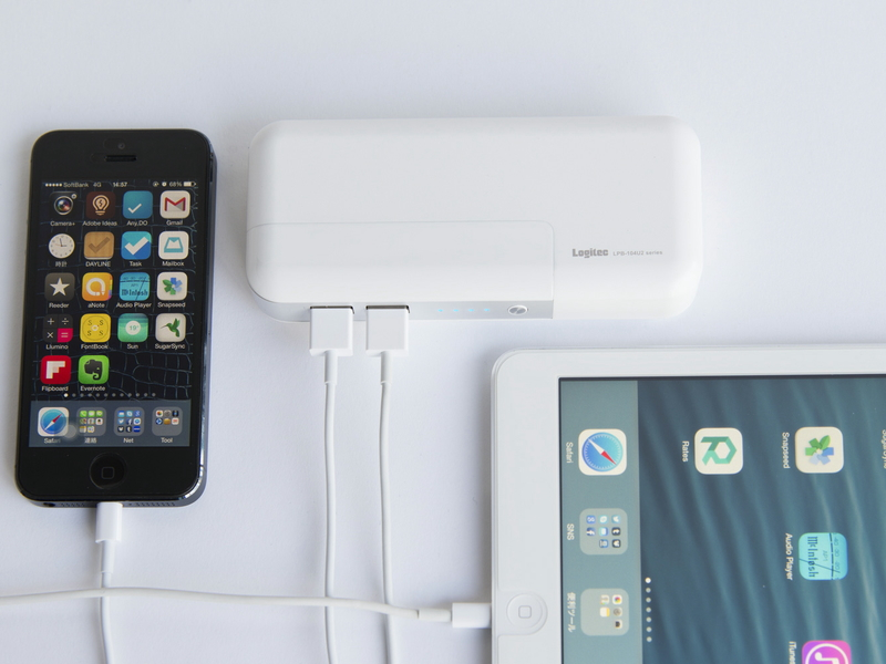 2つのUSBポートを使って、スマートフォンとタブレットを同時に充電できる