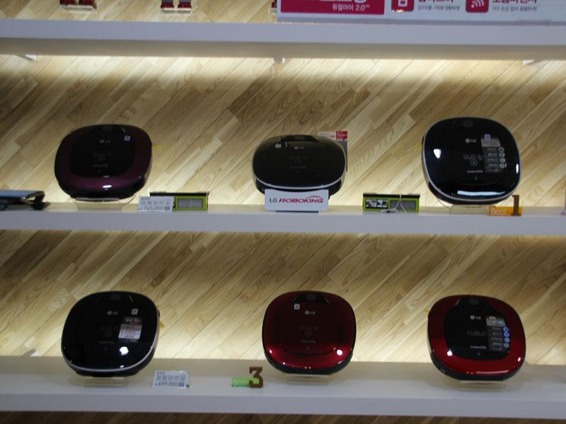 LG electronicsのお掃除ロボット「HOM-BOT」。韓国では日本で展開していないカラーも用意する